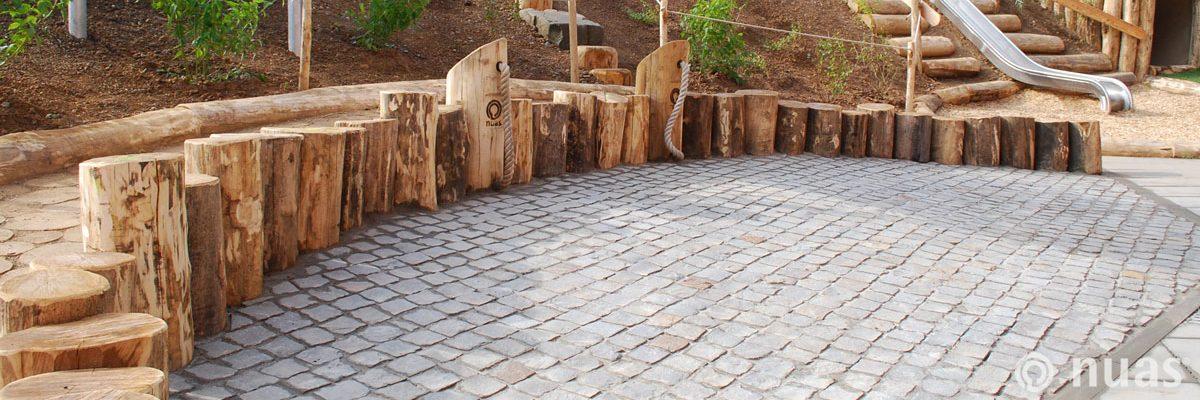 Natursteinpflaster mit Zapfsäulen (Robinienholz) - nuas® für Landschaftsbauer