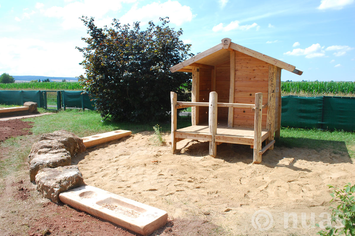 Plattformhaus mit Sandküche - nuas® Häuser aus Holz und Weiden