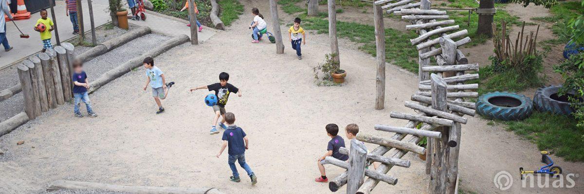 im Mittelpunkt der Kita Dorfplatz - nuas® für Kindergarten Schule