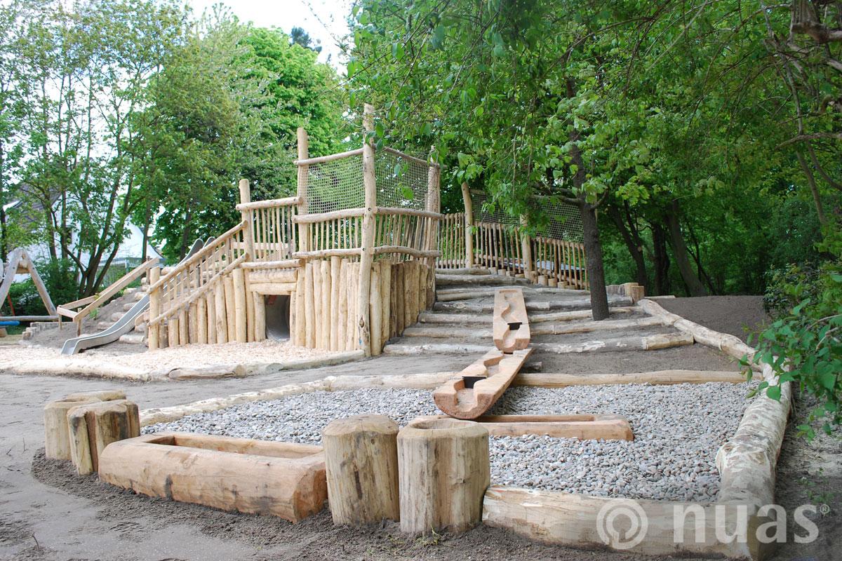Hügel mit Wasserspielanlage - nuas® Verkauf Robinienstämme