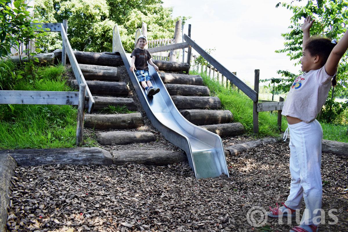 Hangrutsche mit Stufenanlage - nuas® Spielhügel und Spielhänge