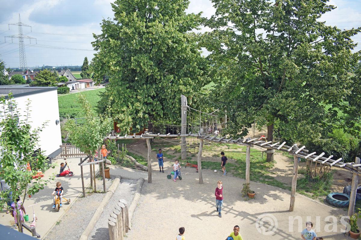 Fußballspiel auf dem Dorfplatz Spiellandschaften