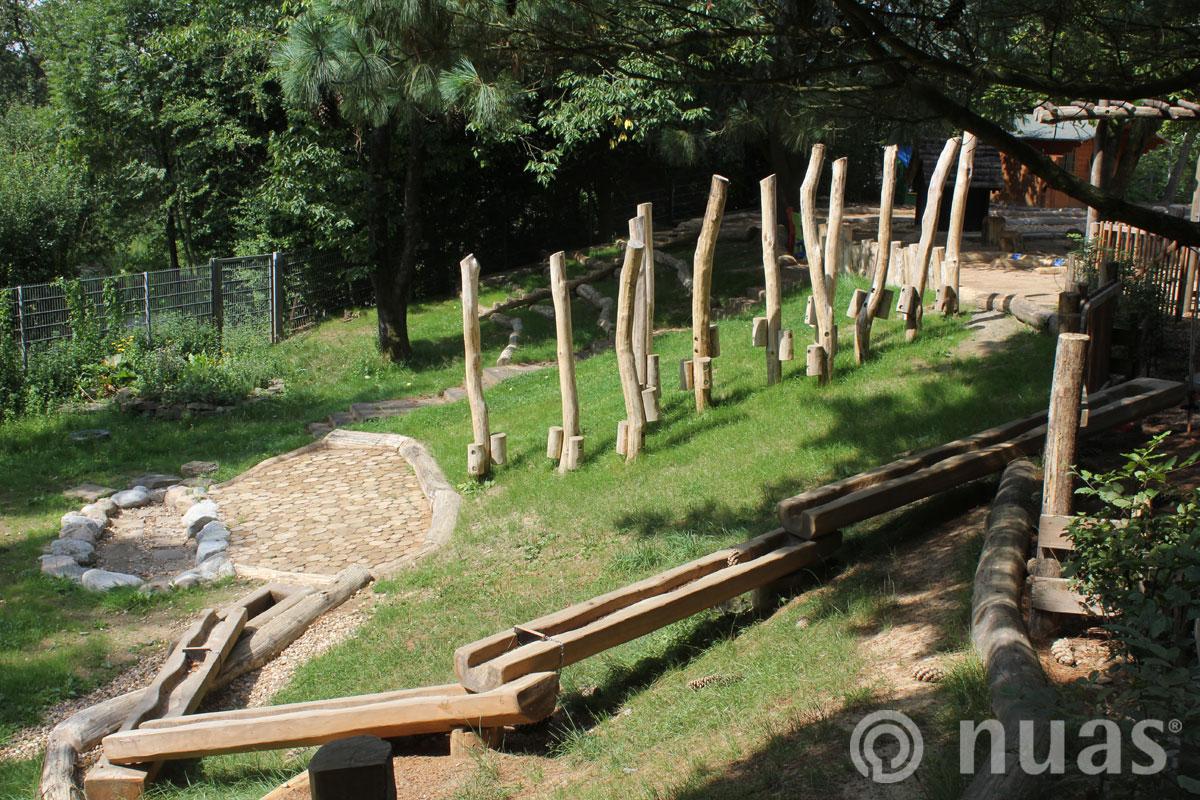Stelzenweg und Wasserspielanlage am Hang - nuas® Spielhügel und Spielhänge