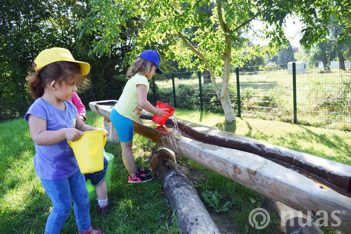 Wassertransport zur Baumstammrinne - nuas® Wasserspiellandschaft