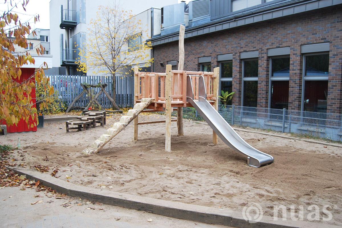 Plattform mit Rutsche - nuas® Häuser aus Holz und Weiden