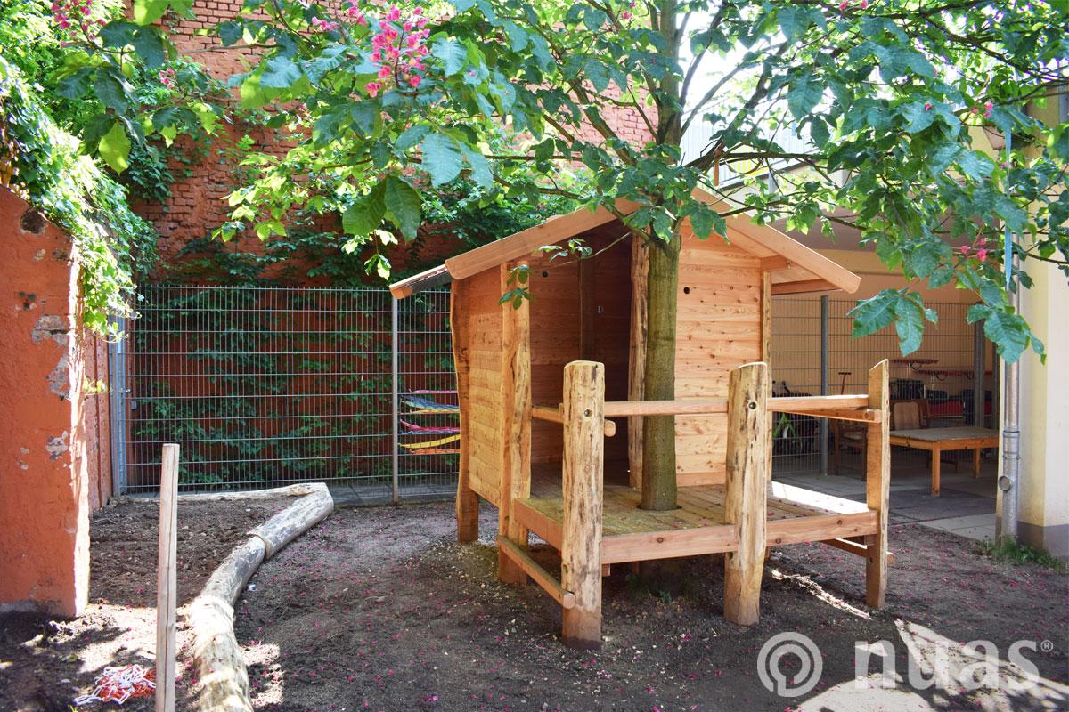 nuas Spielhaus mit Plattform und Baum Kita imTechnologiepark Köln