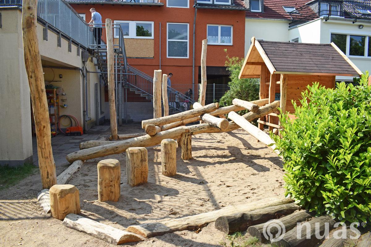 nuas Spielhaus mit Hockertrittweg Kita imTechnologiepark Köln