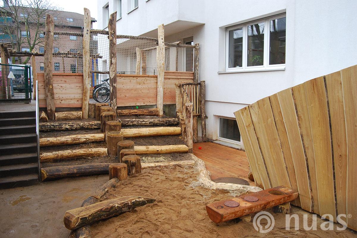 Tribühne, Holzdeck und Sandküche  - nuas® Spiellandschaften